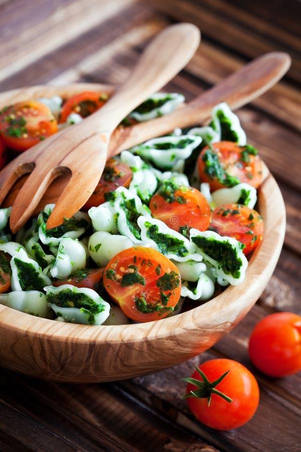 Körsbärsröda tomater med gluten-fri pasta royaltyfria bilder