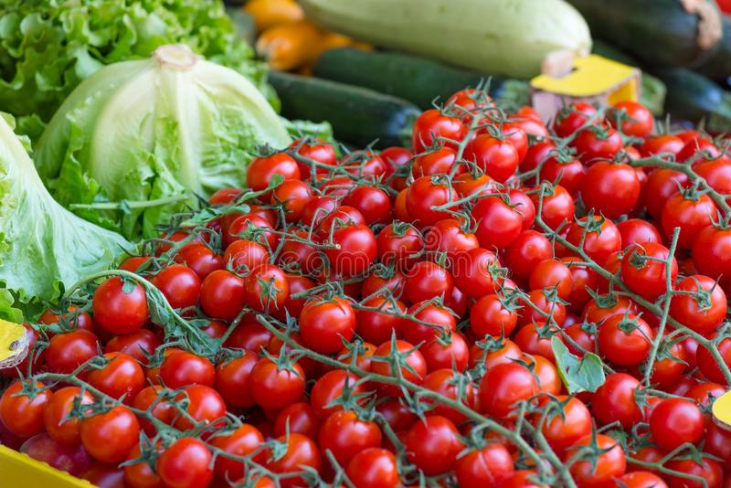 Körsbärsröda tomater och grönsaker, marknad för bonde` s royaltyfria foton