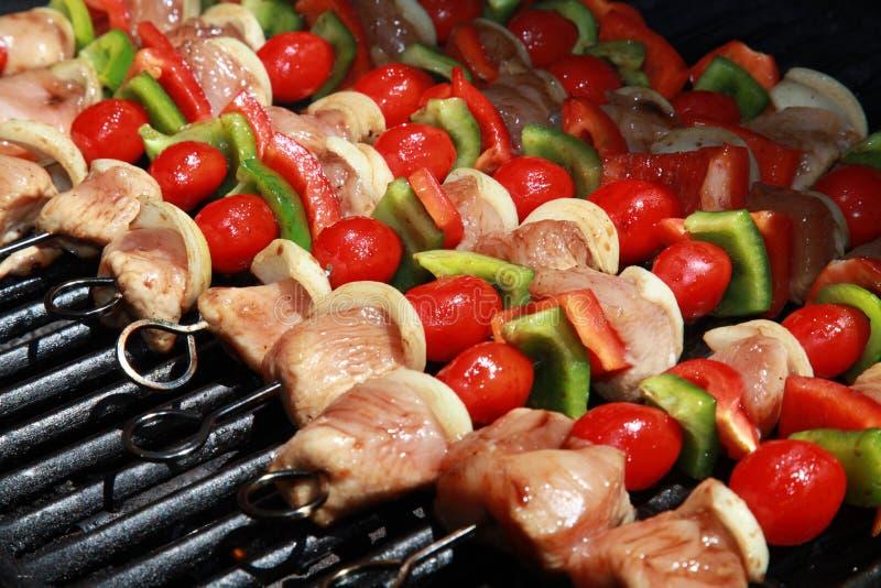 Köstlich! Eine bunte Reihe von Kebabs stockfoto