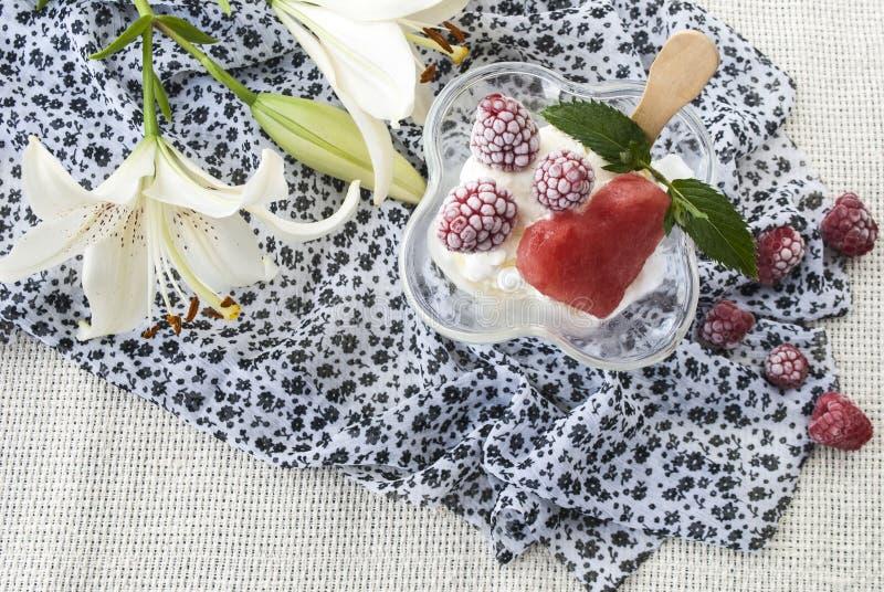 Köstlich, Süßspeise, Eiscreme mit Himbeeren lizenzfreie stockfotografie