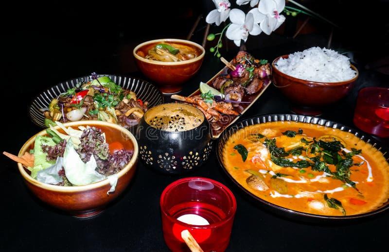 Köstliche asiatische Nahrung - eine Sammlung verschiedene asiatische Teller stockfoto