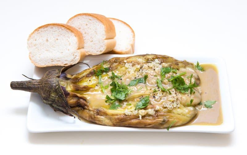 Köstliche Aubergine mit tahini stockbilder