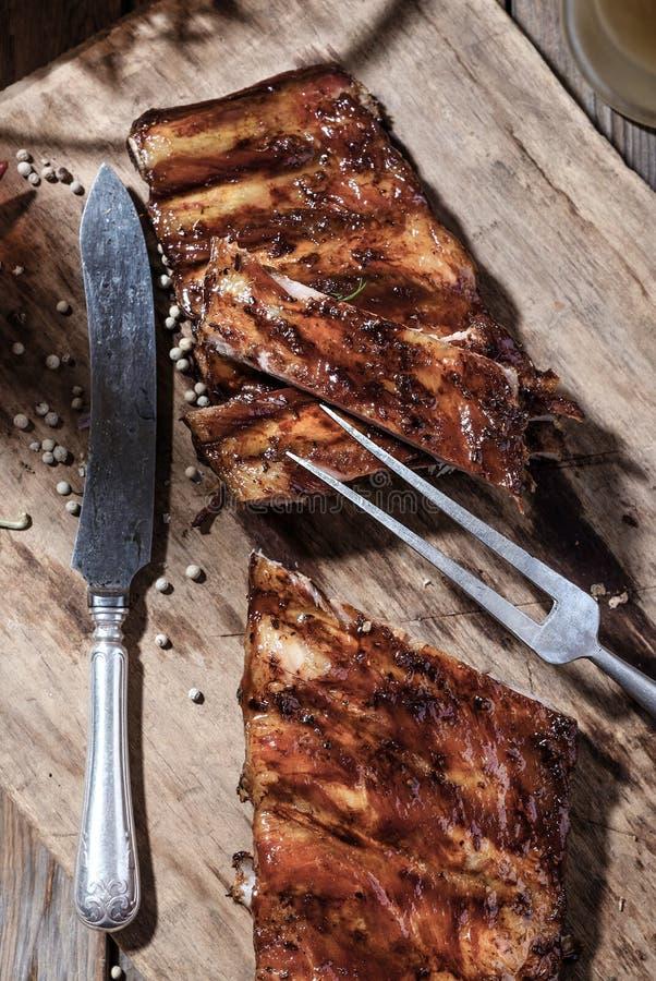 Köstliche BBQ-Rippen auf Holztisch stockbilder