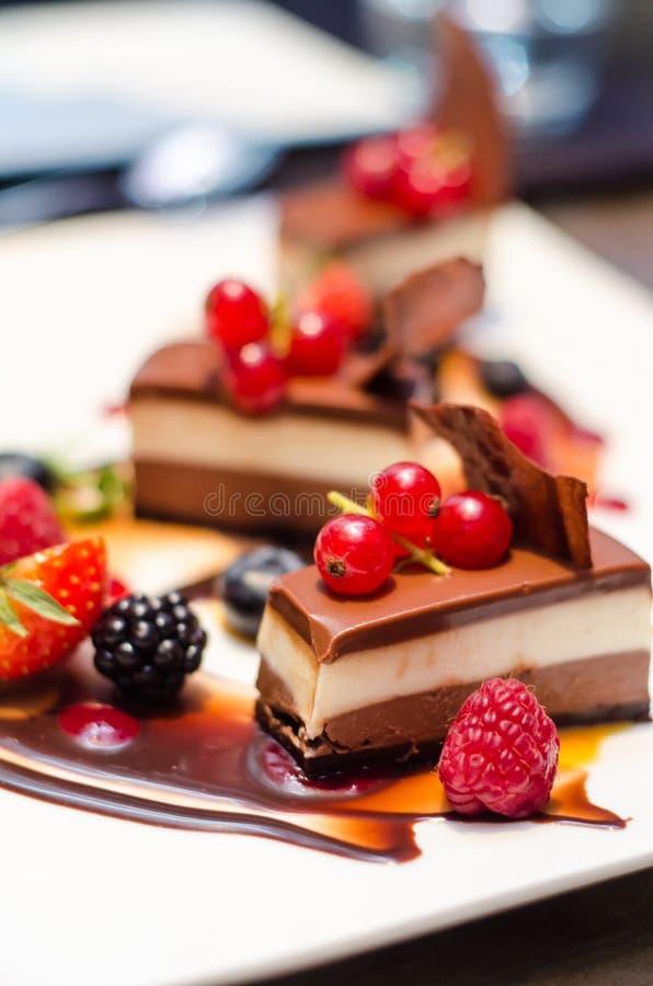 Köstliche dreifache Schokoladenkuchen lizenzfreie stockfotografie