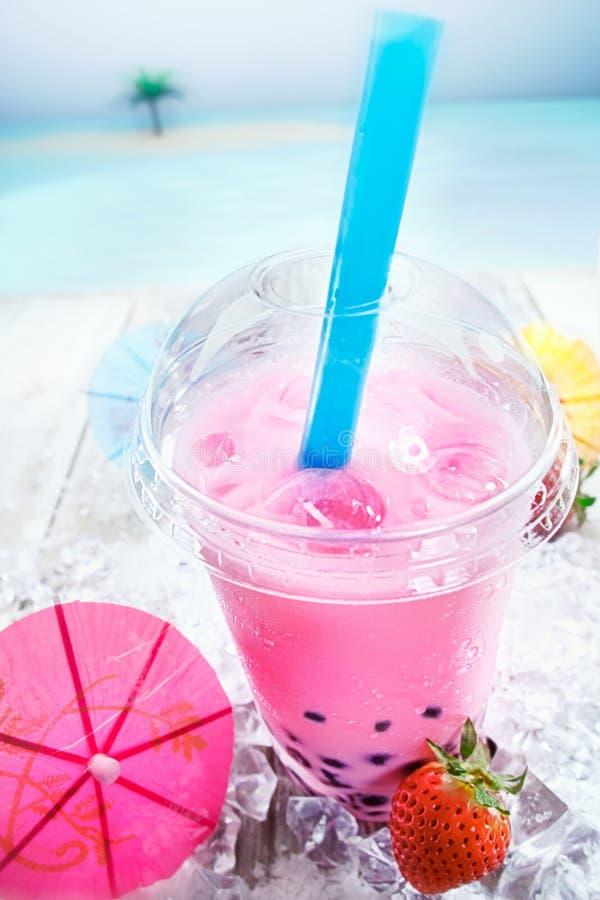 Köstliche Erdbeere sprudelt Tee stockbilder