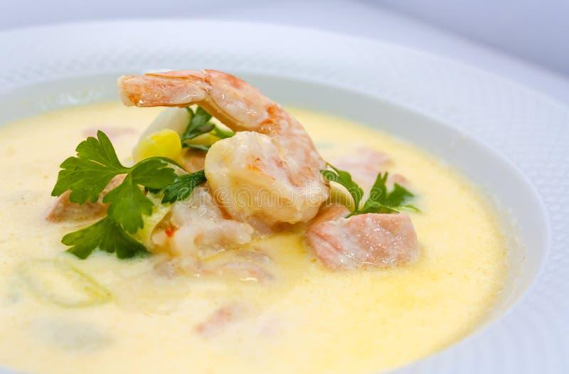 Köstliche exotische Garnelencremesuppe mit der Petersilie und Zitrone gekocht für Feinschmecker lizenzfreies stockfoto