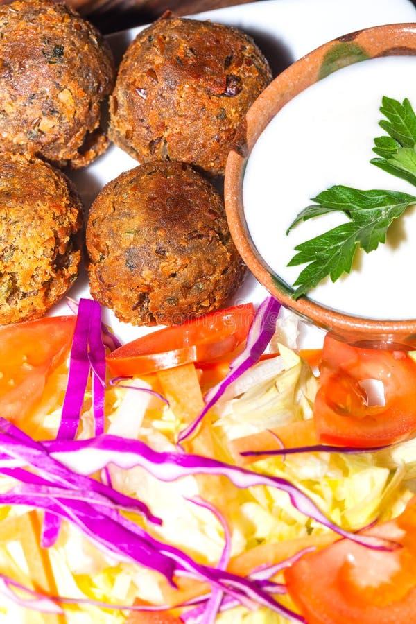 Köstliche Falafelplatte mit Gemüse, vegetarisches Lebensmittel lizenzfreies stockfoto
