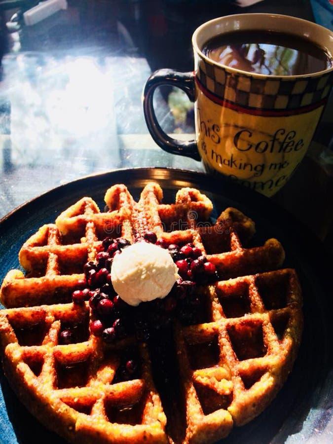 Köstliche Frühstückswaffeln mit den frischen Beeren überzogen stockfoto