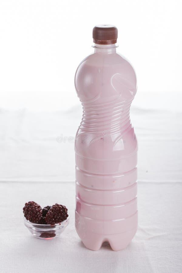Köstliche Frucht, griechischer Jogurt und Granolaparfaits auf weißem Hintergrund stockbilder