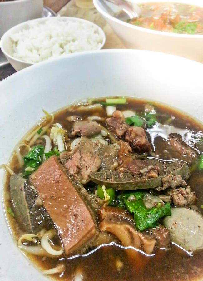 Köstliche gedünstete Rindereintopf- oder Rindfleischsuppe mit Fleischklöschen und Gemüse mit Reisasiatslebensmittel stockfoto