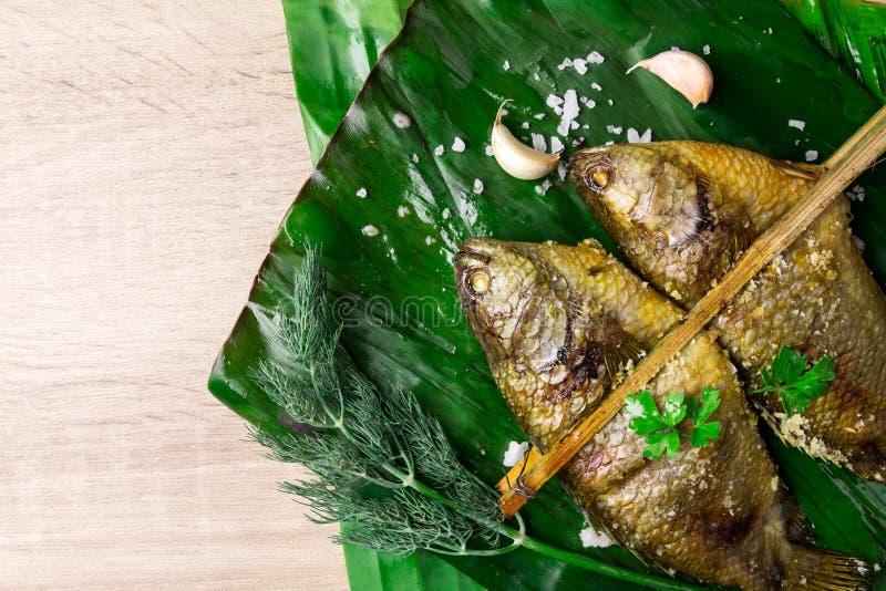Köstliche gegrillte frische Fische auf dem dunklen Steinhintergrund, gesund lizenzfreies stockbild