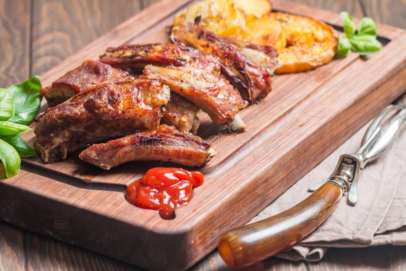 Köstliche gegrillte Schweinefleisch-Rippe stockfotos