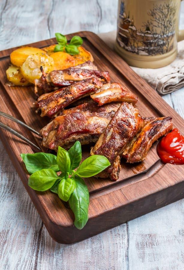 Köstliche gegrillte Schweinefleisch-Rippe lizenzfreies stockbild