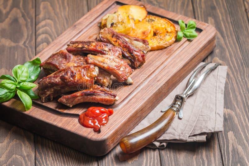 Köstliche gegrillte Schweinefleisch-Rippe lizenzfreie stockfotografie