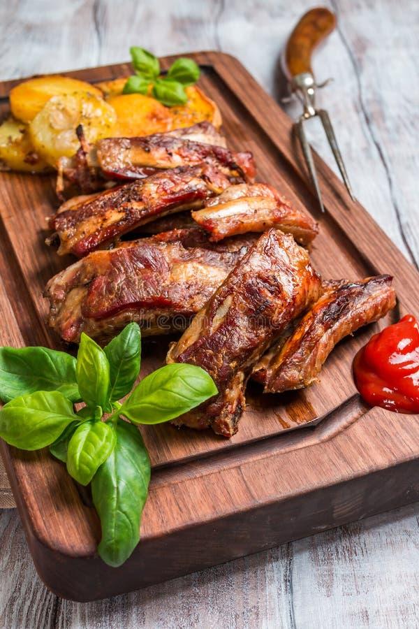 Köstliche gegrillte Schweinefleisch-Rippe stockbilder