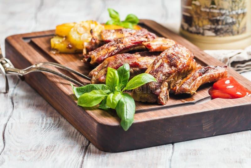Köstliche gegrillte Schweinefleisch-Rippe stockbild