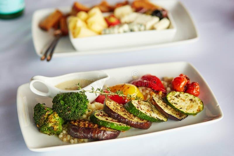 Köstliche gegrillte Zucchini, Brokkoli, Aubergine und grüner Pfeffer lizenzfreies stockfoto