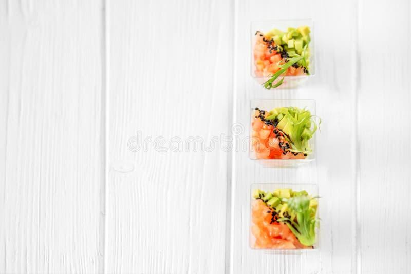 Köstliche Gemüseaperitifs mit Avocado und Tomate in den Schalen r stockfotos