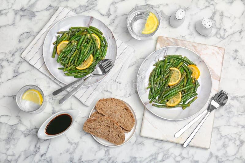 Köstliche grüne Bohnen mit der Zitrone gedient lizenzfreie stockfotografie