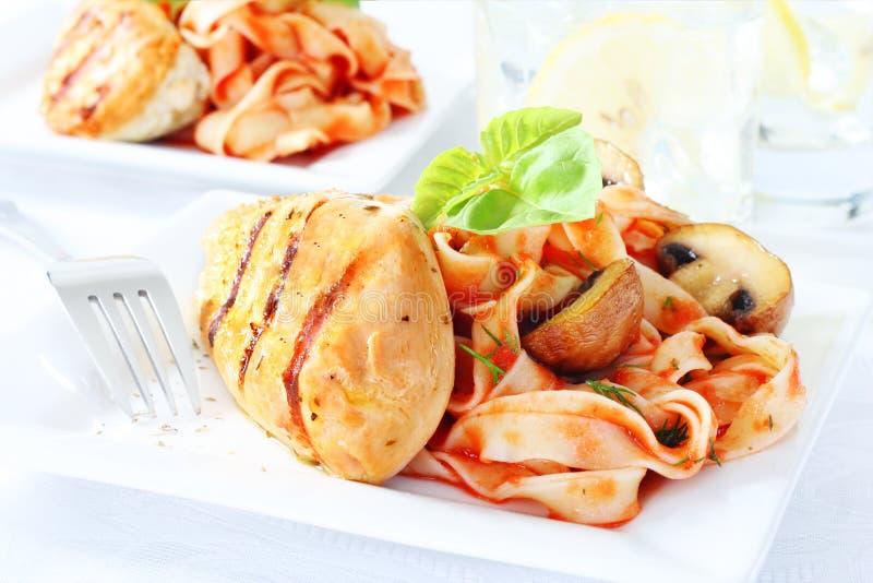 Köstliche Hühnchenbrust mit Teigwaren stockfoto