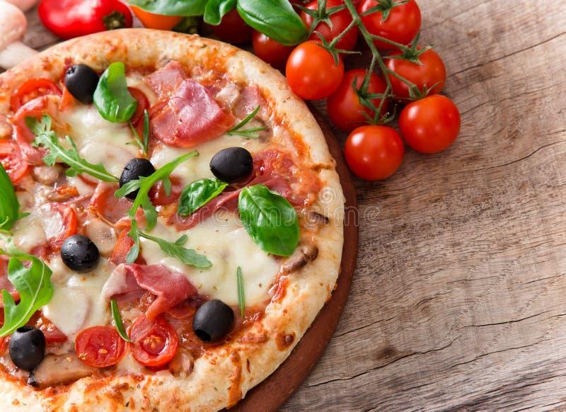 Köstliche italienische Pizza stockfotos