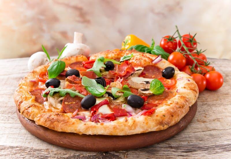 Köstliche italienische Pizza stockfoto