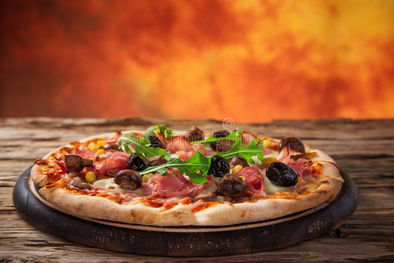 Köstliche italienische Pizza gedient auf Holztisch stockbild