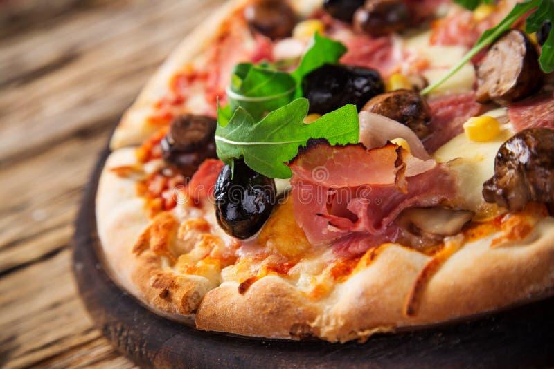 Köstliche italienische Pizza gedient auf Holztisch lizenzfreie stockbilder