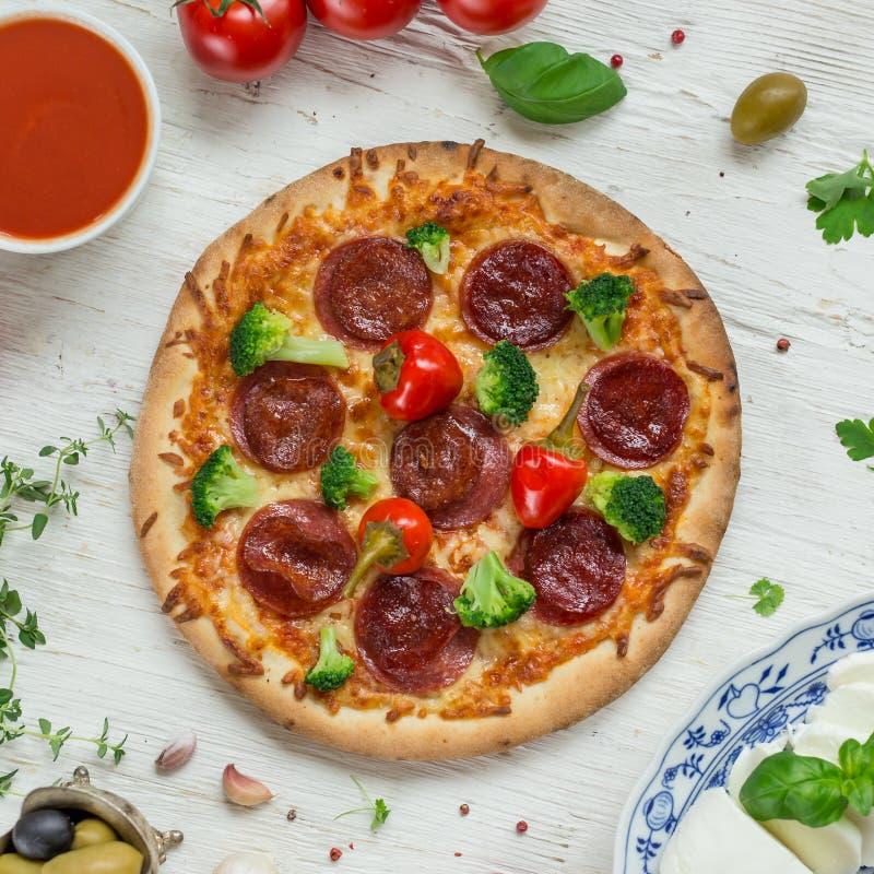 Köstliche italienische Pizza gedient auf Holztisch lizenzfreies stockfoto
