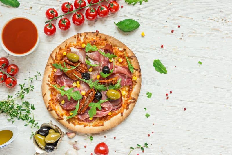Köstliche italienische Pizza gedient auf Holztisch stockfotos