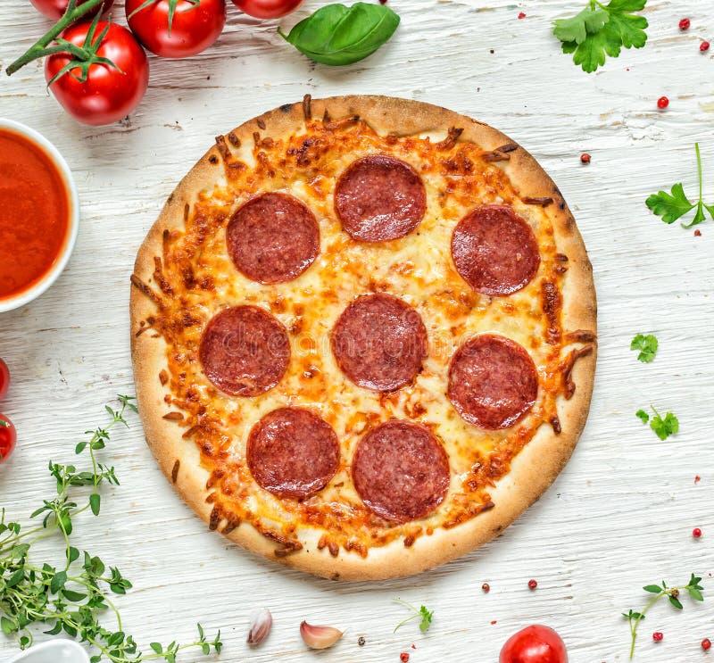 Köstliche italienische Pizza gedient auf Holztisch stockfotografie