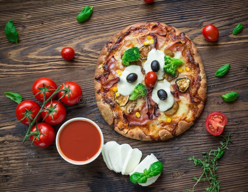Köstliche italienische Pizza gedient auf Holztisch stockbilder