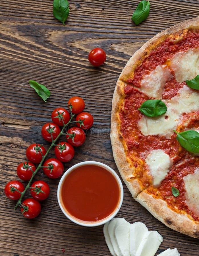 Köstliche italienische Pizza gedient auf Holztisch lizenzfreie stockfotografie