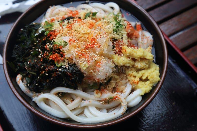 Köstliche japanische vegetarische Udonnudel mit Suppe stockfoto