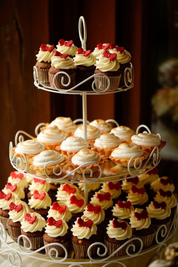 Köstliche kleine Kuchen und Minitörtchen stockbilder
