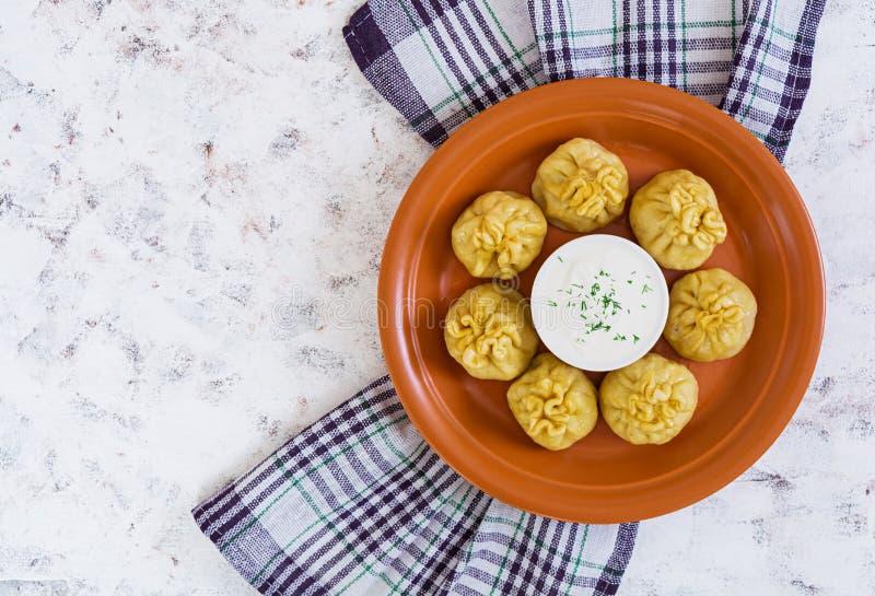 Köstliche manti Mehlklöße auf weißem Hintergrund Beschneidungspfad eingeschlossen lizenzfreie stockfotos