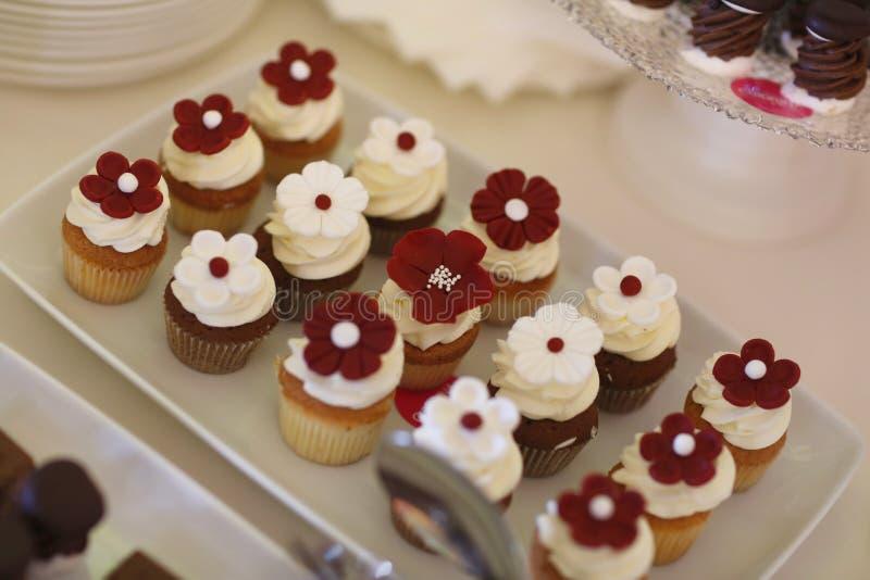 Köstliche Minikleine kuchen auf einer Platte lizenzfreie stockfotos