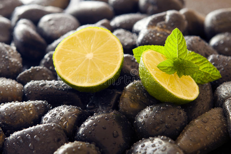 Köstliche Minze und Kalk, schwarzer Stein. lizenzfreie stockfotografie