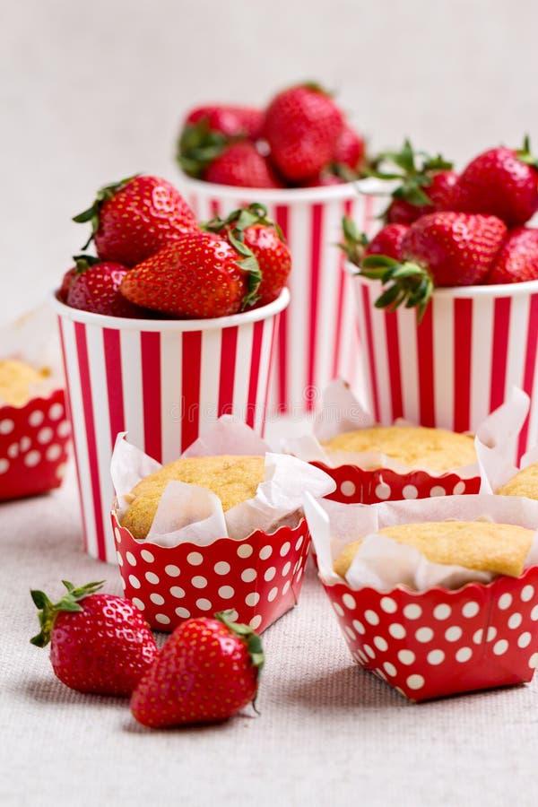 Köstliche Muffins in Form von Tupfen, Erdbeeren in einem s lizenzfreies stockfoto