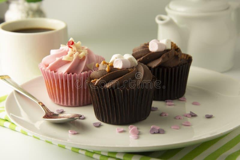 Köstliche Muttertagesschokoladenkleine kuchen Süßer Nachtisch Geburtstag, Parteinahrung Heller Hintergrund Lebensmittelfoto stockfotos