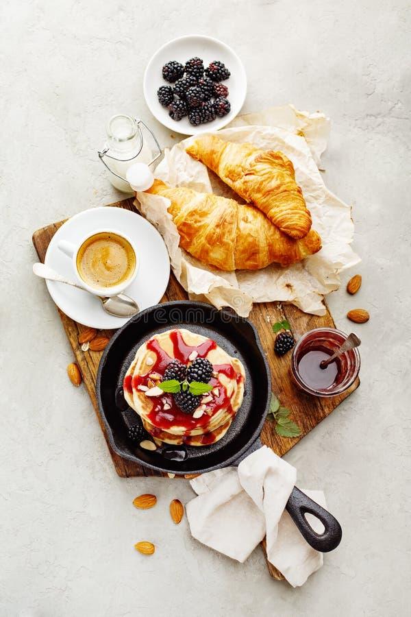 Köstliche Pfannkuchen mit Brombeere lizenzfreie stockfotos