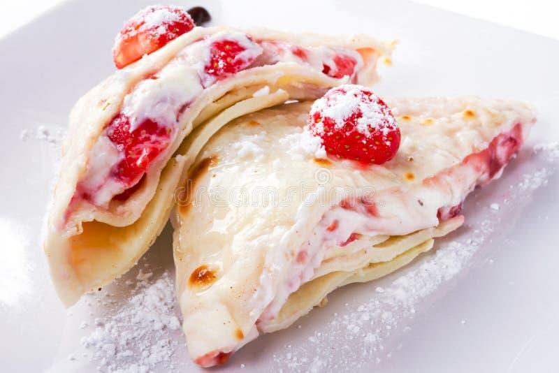 Köstliche Pfannkuchen Mit Erdbeeren Lizenzfreie Stockfotos