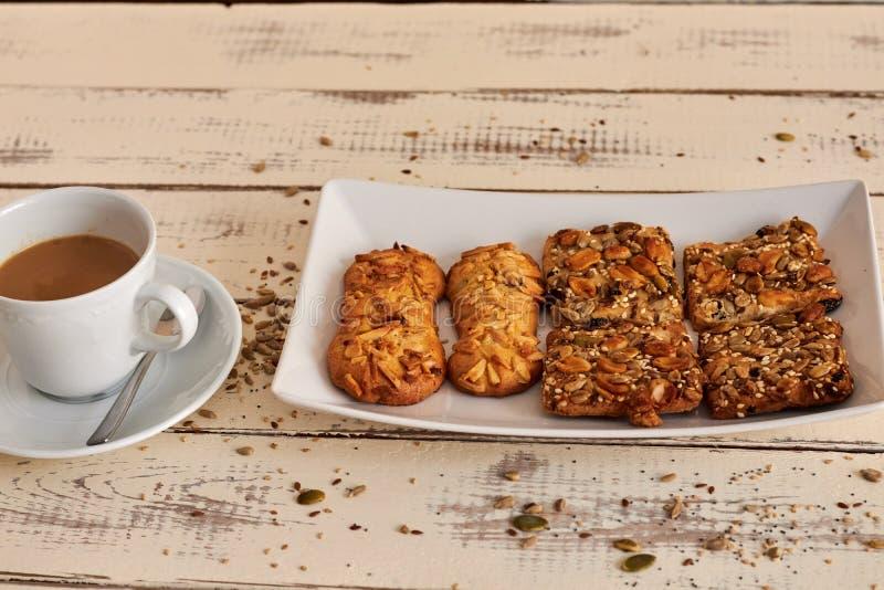 Köstliche Plätzchen mit Nüssen und Samen stockfotografie
