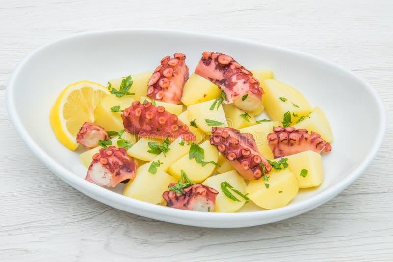Köstliche Platte des Krakensalats mit Kartoffeln stockfotografie