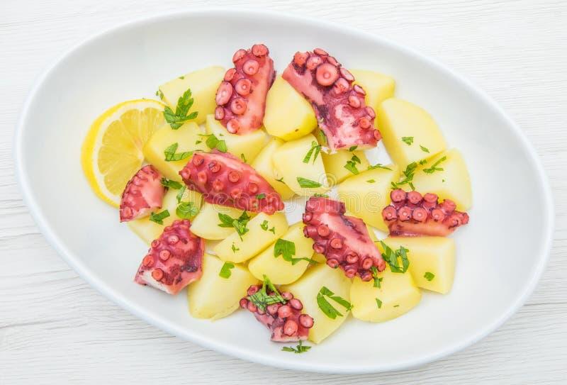 Köstliche Platte des Krakensalats mit Kartoffeln stockfotos
