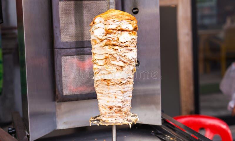 Köstliche Platten des aufgespießten Schnellimbiß shawerma Hühner- und Lammfleisches auf einem Spucken stockbilder