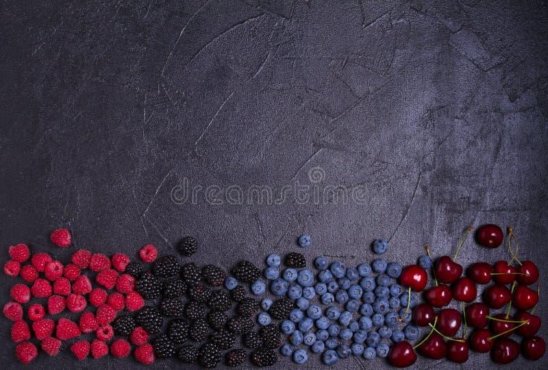 Köstliche reife Früchte und Beeren, Nahaufnahme Fruchtfahne Auswahl des gesunden vegetarischen Lebensmittels, des Detox oder der  stockbild