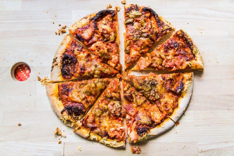 Köstliche runde Pizza geschnitten in 8 Scheiben auf hölzernem Brett stockfotografie