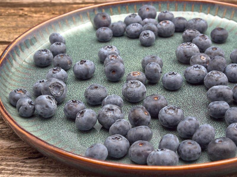 Köstliche saftige reife Blaubeeren Auf unterschiedlichem Hintergrund lizenzfreie stockbilder