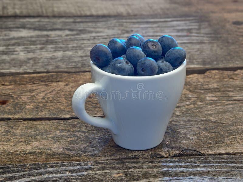 Köstliche saftige reife Blaubeeren Auf unterschiedlichem Hintergrund stockfotografie